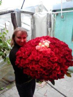 сколько роз она держит?)))